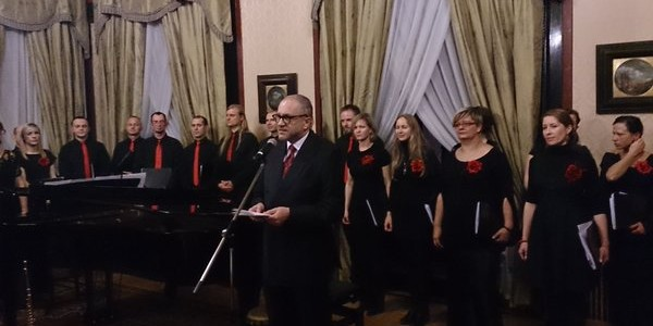 Senza Nome sings carols at Polish Embassy in London